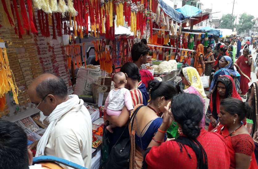 राखी, चूड़ी और साडिय़ों की दुकानों पर रही भीड़