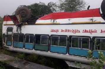 कोटा से जयपुर जा रही बस पलटी, बाल-बाल बचे यात्री