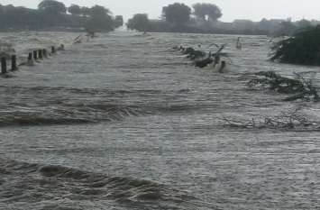 पुलियाओं पर पानी आने से चार गांवों का जिला मुख्यालय से सम्पर्क कटा