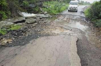 क्षतिग्रस्त सडक़ से वाहन चालकों को हो रही परेशानी