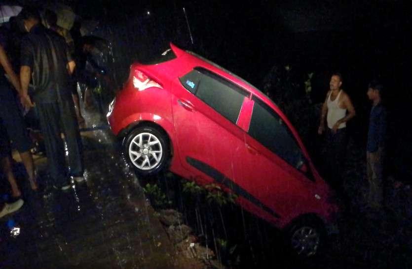 बारिश के दौरान बेकाबू होकर नदी में गिरी कार, 3 महिलाओं के साथ 2 पुरूष थे सवार