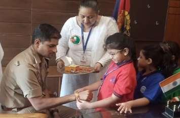 RakshaBandhan: छोटी बच्चियों से राखी बंधवाकर भावुक हुए SP, याद आया घर-परिवार