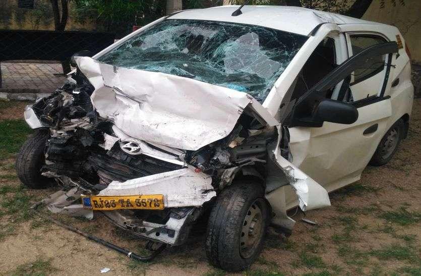 टायर फटने से एक कार डिवाइडर फांदकर दूसरी कार से जा टकराई,दो जनों की मौत