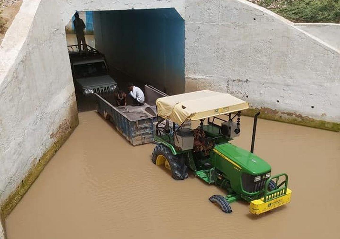 रेलवे अण्डरब्रिज में पानी भरने से फंस रहे वाहन