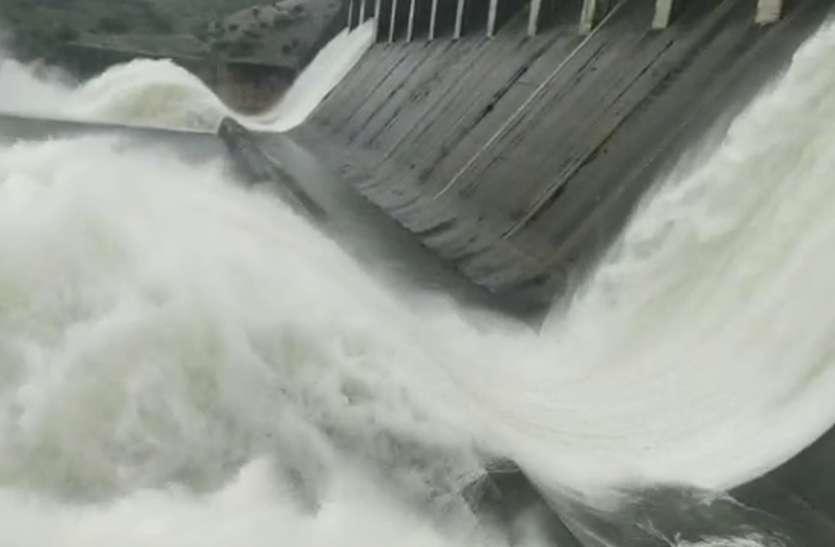 Mahi Dam Banswara : माही बांध से छलकी अथाह जलराशि, गेट खुलने का खूबसूरत नजारा देखने पहुंचे लोग, देखें वीडियो...