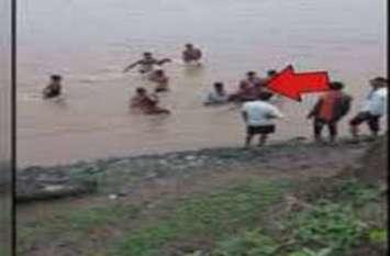 टापू पर बैठे थे, अचानक मौत का घेरा डाल दिया नदी के पानी ने , फिर कैसे बचा पाए दो जने अपनी जान ...