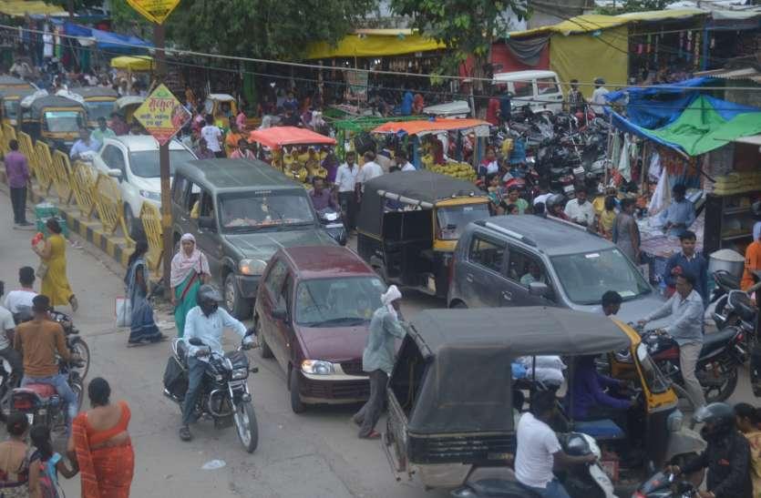 त्योहार के चलते भीड़ बढ़ी, जाम से जूझते रहे वाहन चालक
