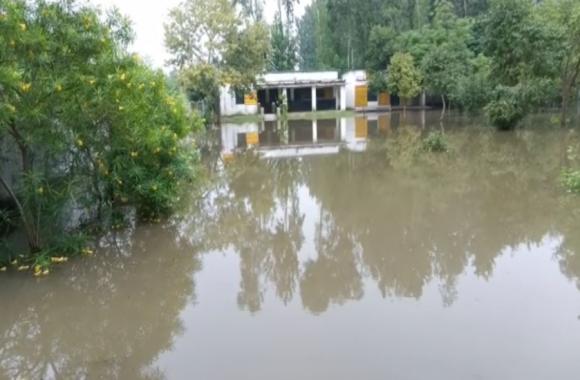 बिजनौर: भारी बारिश से तालाब में तब्दील हुआ स्कूल