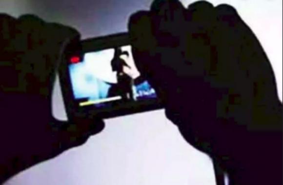 थाने पहुंची महिला से इंस्पेक्टर साहब बोले, 'दिखाओ अश्लील वीडियो'