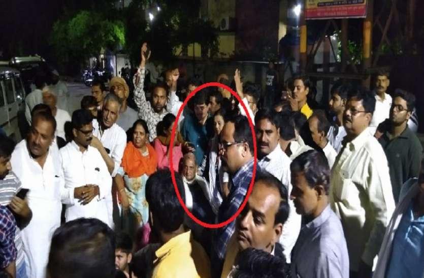 सपा के इस सांसद ने दिखाया दम, आधी रात में योगी सरकार के खिलाफ खड़े कर दिये हजारों कार्यकर्ता
