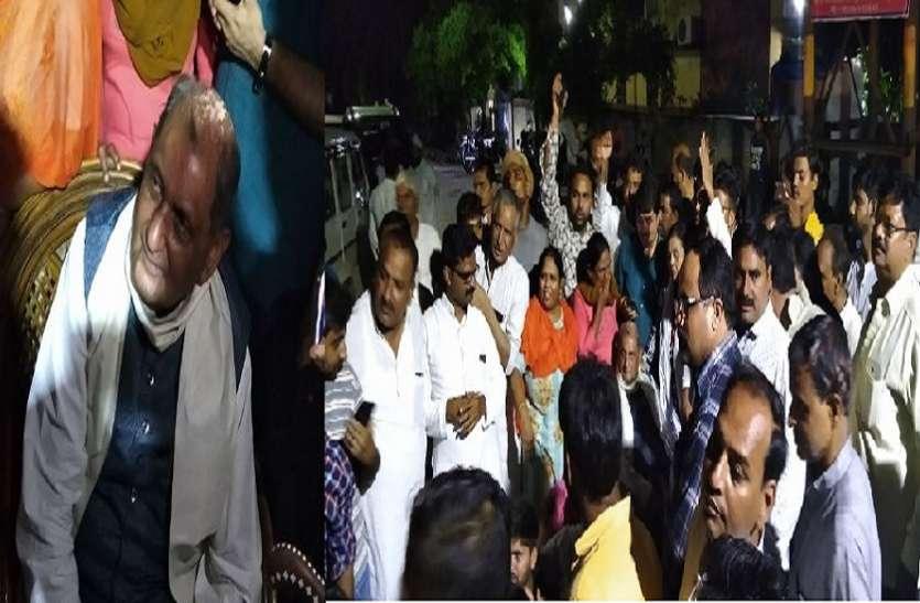देर रात सपा सांसद रेवती रमण सिंह पोस्मार्टम हाउस पर धरने पर बैठे ,योगी सरकार के खिलाफ जमकर नारेबाजी