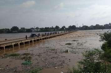 VIDEO: लबालब हुई अंतःसलिला अरपा, डैम से पानी छोड़े जाने के बाद अब यहां पुल डूबे