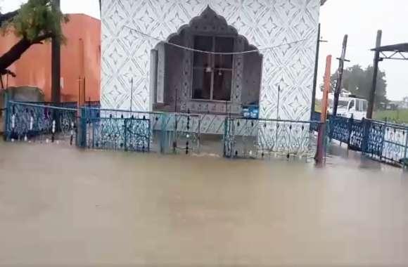 राजस्थान में भारी बारिश के अलर्ट के बाद यहां बने बाढ़ के हालात, घर हुए पानी-पानी, डूब गया मंदिर!