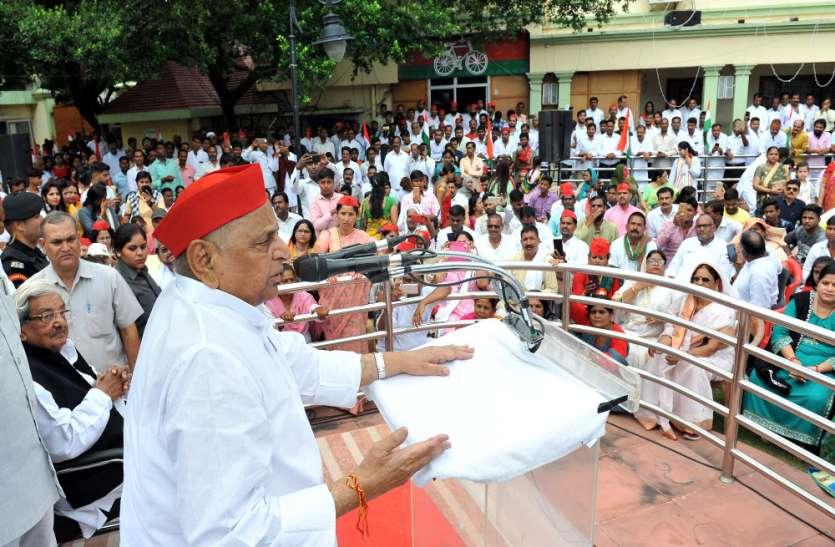 Independence Day Celebration2019 : पूर्व रक्षामंत्री  मुलायम सिंह यादव ने पार्टी कार्यालय पर झंडा फहराया