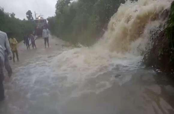 रेलवे ट्रेक पर अचानक आई बाढ़ से मचा हाहाकार, देखें हैरान करने वाला वीडियो