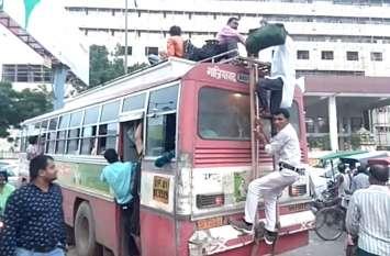 VIDEO: रक्षाबंधन पर बस-ट्रेन फुल, जान जोखिम में डाल छतों व गेट से लटककर सफर कर रहे यात्री