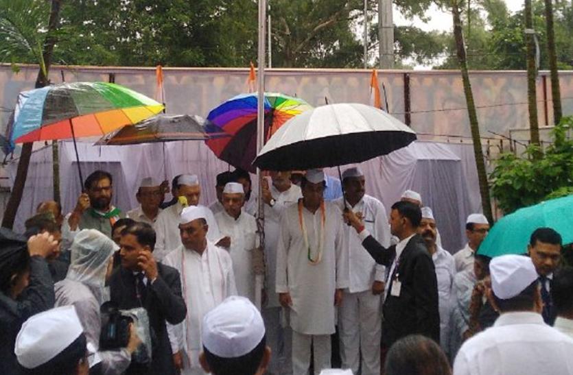मुख्यमंत्री कमलनाथ ने पीसीसी में फहराया तिरंगा, बड़ी संख्या में कांग्रेस कार्यकर्ता मौजूद
