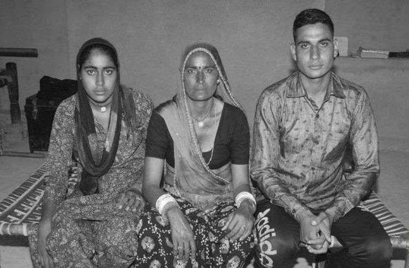 रक्षाबंधन: आतंकियों से लड़ते हुए शहीद हुआ था भाई, अब बहनें बांधती है प्रतिमा पर राखी