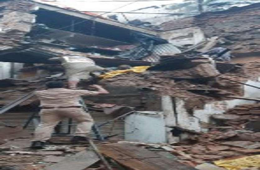 रात से जारी बारिश से जलमग्न हुई कोचिंग सिटी, इंद्रा मार्केट में तीन मंजिला मकान ढ़हा, टापू बनी कई बस्तिया, बहे महिला और बच्चा, रेस्क्यू टीम हुई घनचक्कर