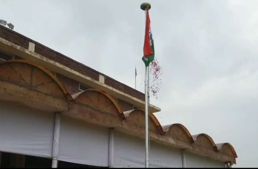Divisional commissioner hoisted the national flag on Independence day
