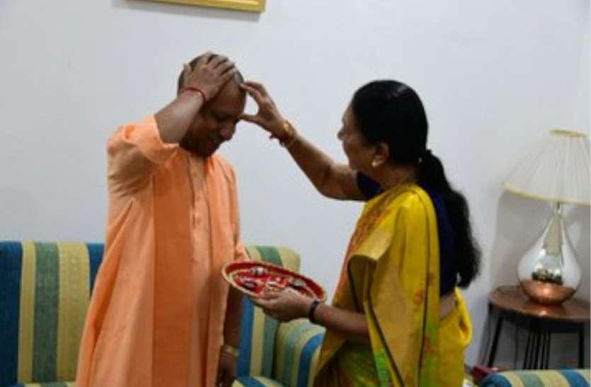 Raksha Bandhan 2019 : राज्यपाल आनंदीबेन पटेल ने सीएम योगी को बांधी राखी