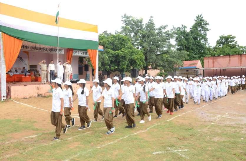 Independence day : आजादी के तरानों के बीच बहनों ने भाई की कलाई पर बांधा रक्षा सूत्र