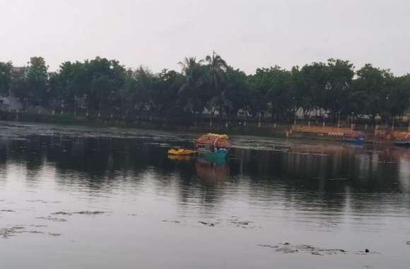सेल्फी के चक्कर में बीच तालाब में नाव पलटने से बची, 4 सीटर में 6 किशोर थे सवार