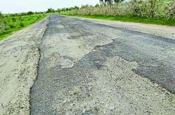 उखड़ गई सड़क, गड्ढे और कंकर से परेशानी