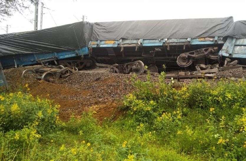 8 Coaches of the Goods Train Derailed in Rewari Phulera Track : सीकर जिले के कांवट में माधोकाबास के पास फुलेरा से रेवाड़ी जा रही मालगाड़ी हादसे का शिकार हो गई। हादसे में ट्रेन के आठ डिब्बे पटरी से उतर गए।