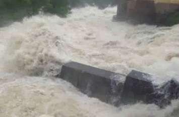 भारी बारिश से जनपद में बने बाढ़ जैसे हालात, कई ट्रेनें प्रभावित, इतनों की हुई मौत