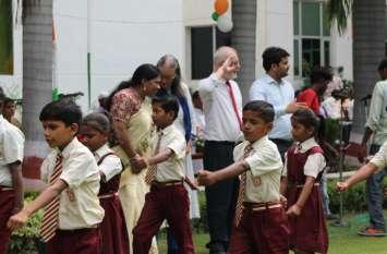 स्वतंत्रता दिवस के अवसर पर आयोजित कार्यक्रम में दिखी भारतीय संस्कृति बच्चों ने बंगला गीत में किया नृत्य