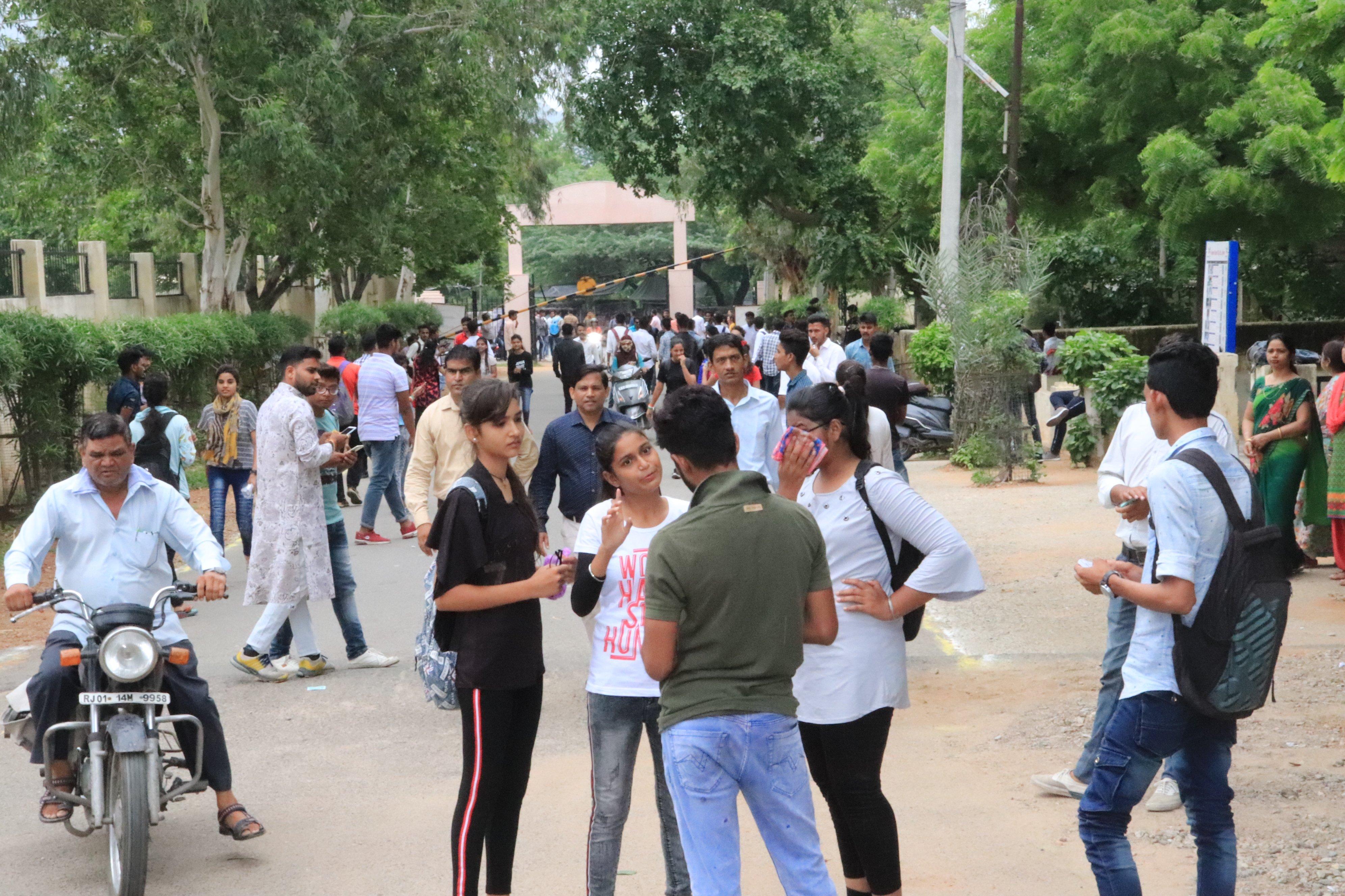 Student election: नहीं पसंद आ रही पुलिस और कॉलेज की सख्ती