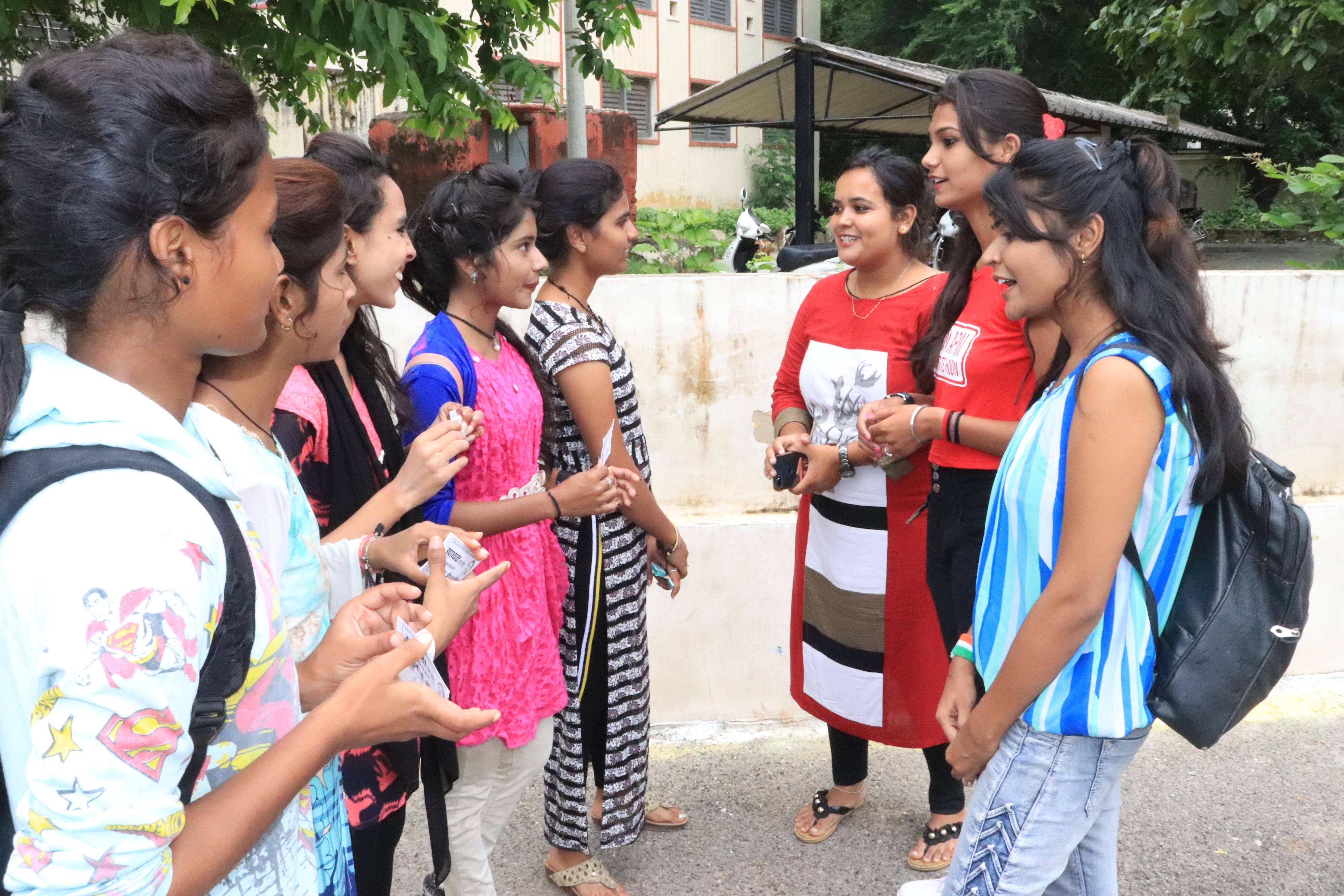 student election: स्टूडेंट इलेक्शन काउंटडाउन, जुटे आईकार्ड बनाने में