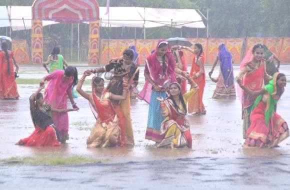 बारिश के बीच हर्षोल्लास से मनाया स्वतंत्रता दिवस
