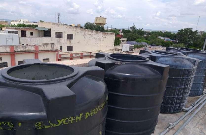 सरकारी नर्सिंग हॉस्टल में खुली पड़ी है पानी की टंकियां, जमा हुआ है पानी