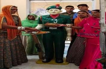 शहीद भाई की प्रतिमा को बहनों ने बांधी राखी