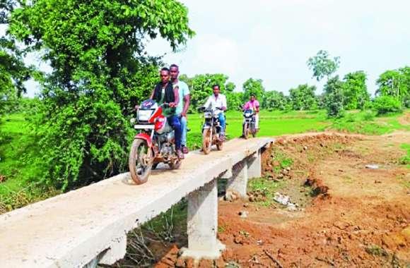 20 सालों से जब सरकार का इंतजार करते थक गए ग्रामीण तो खुद ही बना लिया 40 फीट का पुल