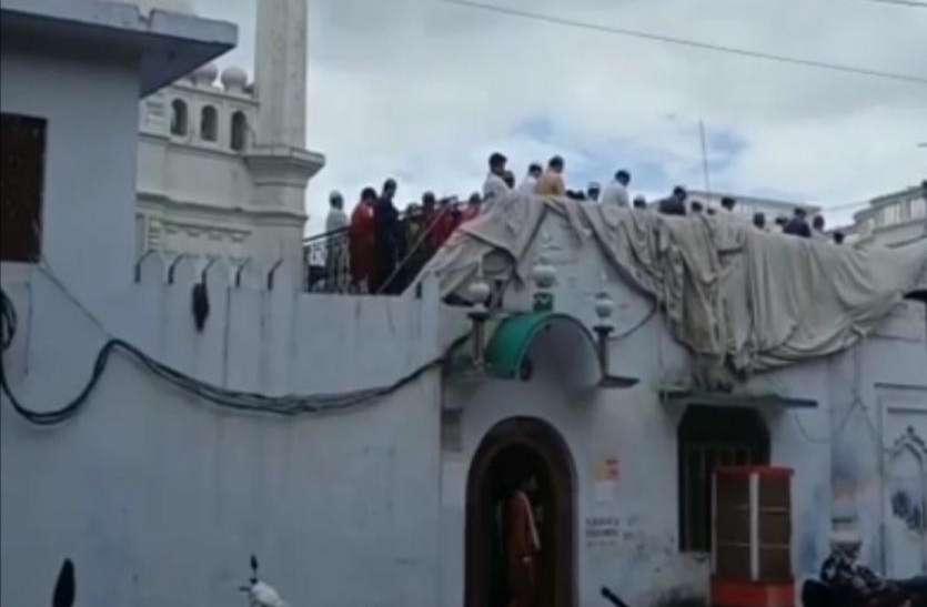 डीजीपी के आदेश के बाद यूपी के इस शहर में यहां पढ़ी गई जुम्मे की नमाज- देखें वीडियो