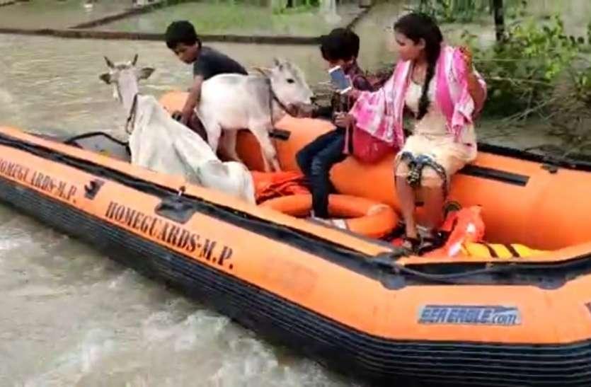 होमगार्ड के राहत दल ने बचाई बाढ़ में फंसे परिवार की जान