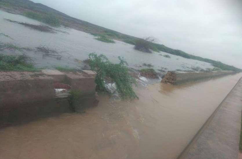 बालरवा में पांच इंच बारिश से नहर की दीवार टूटी, बिजली गिरी