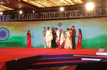 फिल्म अभिनेता अक्षय कुमार ने पुलवामा शहीद रोहिताश के परिजनों का दिल्ली में सम्मान किया