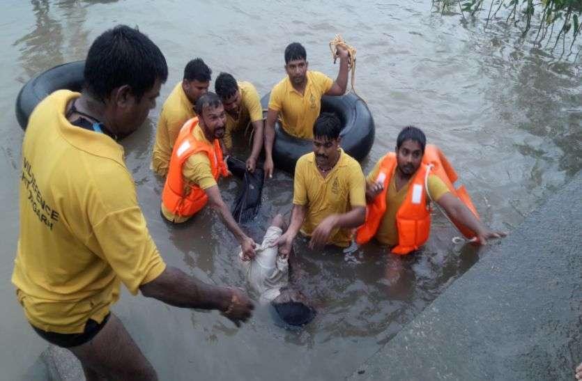 मशक्कत के बाद गोताखोरों ने 14 घंटे बाद निकाला शव