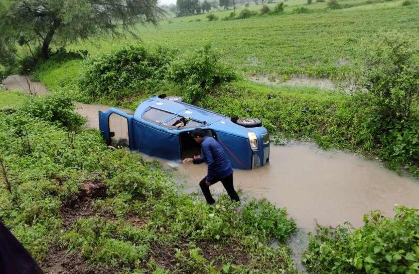 Flood: भारी बारिश में बह गई कार, ड्राइवर समेत दो शिक्षिकाएं लापता
