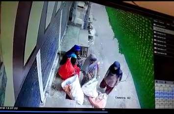 बकौली चौक के समीप शटर तोड़कर कपड़ा दुकान में चोरी