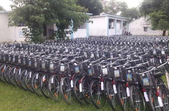 छात्र-छात्राएं साइकिलें नहीं मिलने से पैदल कीचड़ में से स्कूल जाने को मजबूर