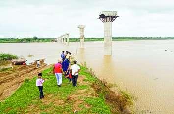 चंबल नदी उफान पर, गुरुवार देररात कोटा बैराज से छोड़ा 1.25 लाख क्यूसेक पानी