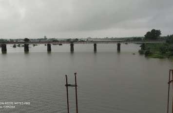 train news 2019 : पहले कर्मचारी पैदल पुल पर से गुजरता है, उसके बाद ब्रिज से गुजरती है ट्रेन
