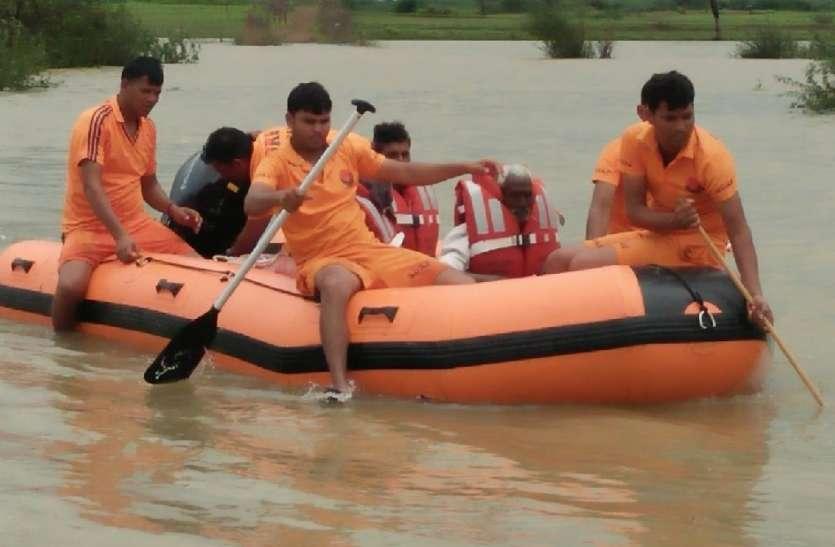 बलदेवपुरा में मवेशियों को चराने गए तीन जनों को किया रेस्क्यू