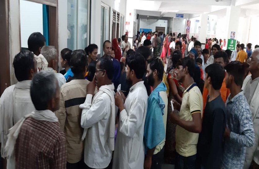 पांच दिन बाद उमड़ी मरीजों की भीड़, डॉक्टर नहीं होने से मरीज हुए परेशान