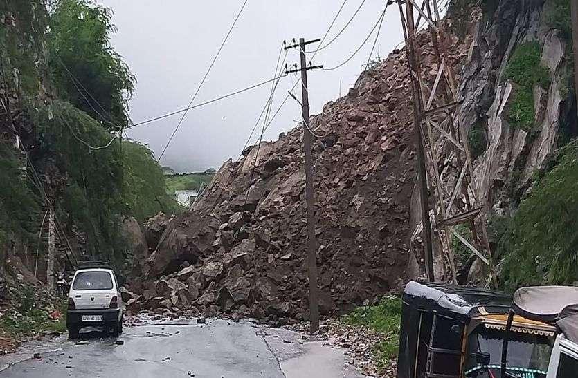 Heavy rain in ajmer : धड़ाम से सड़क पर आ गिरा पहाड़, जिसने देखा रह गया हैरान